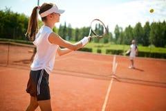 Dziewczyn play's tenisowi Zdjęcie Stock