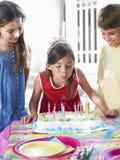 Dziewczyn Podmuchowe Urodzinowe świeczki Przy przyjęciem Fotografia Stock