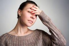 Dziewczyn pokryw twarzy withhand Zdjęcie Stock