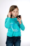 dziewczyn potomstwa słuchający muzyczni Zdjęcie Royalty Free