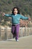 dziewczyn potomstwa szczęśliwi działający Zdjęcie Stock