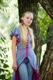 dziewczyn potomstwa zieleni pobliski ładni drzewni obraz royalty free