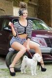 Dziewczyn poz przód samochód z psem Zdjęcie Stock