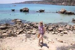 Dziewczyn pozy na seashore Obraz Royalty Free