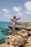 Dziewczyn pozy na seashore Zdjęcia Royalty Free