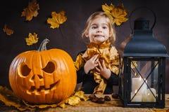 Dziewczyn pozy z Halloweenową banią Obrazy Stock