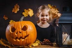 Dziewczyn pozy z Halloweenową banią Fotografia Royalty Free