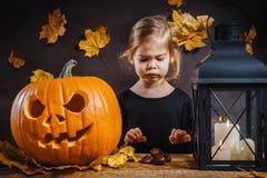 Dziewczyn pozy z Halloweenową banią Obraz Royalty Free