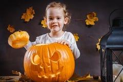Dziewczyn pozy z Halloweenową banią Zdjęcie Royalty Free