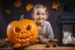 Dziewczyn pozy z Halloweenową banią Zdjęcia Stock