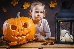 Dziewczyn pozy z Halloweenową banią Obraz Stock