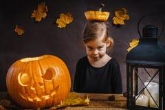 Dziewczyn pozy z Halloweenową banią Fotografia Stock