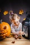 Dziewczyn pozy z Halloweenową banią Zdjęcie Stock