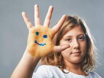 Dziewczyn przedstawień ręka z patroszonymi emoticons fotografia stock