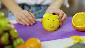 Dziewczyn ręk delatt robić od owoc i warzywo zbiory wideo