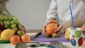 Dziewczyn ręk delatt robić od owoc i warzywo zbiory