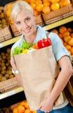Dziewczyn ręk pakunek z świeżymi warzywami Fotografia Royalty Free