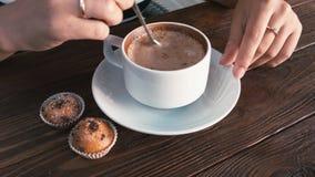 Dziewczyn ręki ingerują cappuccino, zakończenie zbiory