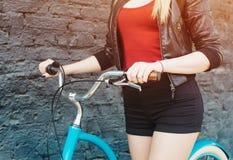 Dziewczyn ręki na handlebars rocznika bicyklu zakończenie up, filtr, lekki przecieku skutek fotografia stock