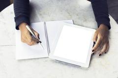 Dziewczyn ręki z pustą cyfrową pastylką i puste miejsce dzienniczkiem Obrazy Stock