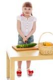 Dziewczyn rżnięci warzywa Zdjęcie Royalty Free