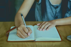 Dziewczyn ręki z pióra writing Zdjęcie Stock