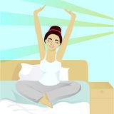 Dziewczyn rozciągliwość w łóżku w ranku Fotografia Stock