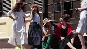 5 dziewczyn są podróżni w Kuba zbiory