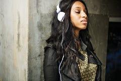 Dziewczyn słuchawek muzyka Relaksuje Outdoors pojęcie Zdjęcia Royalty Free