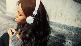 Dziewczyn słuchawek muzyka Relaksuje Outdoors pojęcie Obraz Royalty Free