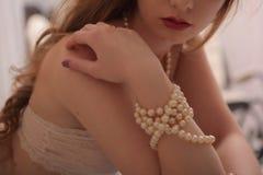 Dziewczyn spojrzenia jak żywa lala, biała skóra, sunsual spojrzenie, pastelowy bielizny zbliżenia wewnętrzny portret w domu Obrazy Royalty Free