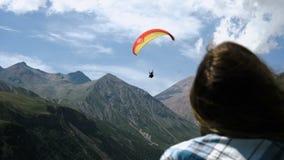 Dziewczyn spojrzenia jak latający paraglider zdjęcie wideo