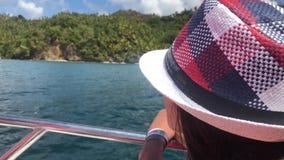 Dziewczyn spojrzenia od łodzi na półwysepie Samana w republice dominikańskiej zbiory wideo