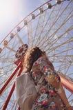 Dziewczyn spojrzenia przy Ferris kołem Obraz Royalty Free