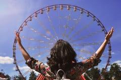 Dziewczyn spojrzenia przy Ferris kołem Fotografia Stock