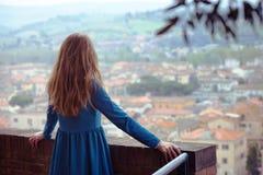 Dziewczyn spojrzenia przy miastem Zdjęcia Royalty Free