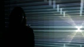 Dziewczyn spojrzenia przy wizualną instalacją zdjęcie wideo