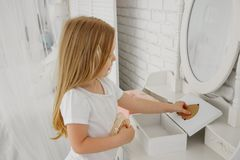 Dziewczyn spojrzenia w lustrze Za damy ` stołem łazienki opatrunku lustra stół Zdjęcia Stock