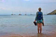 Dziewczyn spojrzenia w morze Zdjęcie Royalty Free