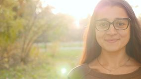 Dziewczyn spojrzenia w obiektyw piękny uśmiech Zakończenie zbiory