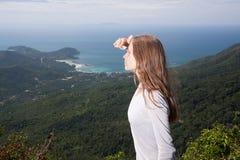 Dziewczyn spojrzenia w odległość, plenerowa aktywność zdjęcie stock