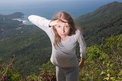 Dziewczyn spojrzenia w odległość, plenerowa aktywność zdjęcia royalty free