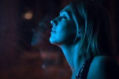 Dziewczyn spojrzenia za okno w blask księżyca fotografia royalty free