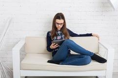 Dziewczyn szkła z pastylką, komputerowy nałóg Obrazy Stock