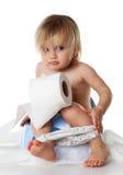 Dziewczyn sztuki na garnku z papier toaletowy obraz stock