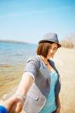 Dziewczyn sztuki na morze plaży Fotografia Stock