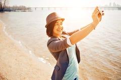 Dziewczyn sztuki na morze plaży Obrazy Royalty Free