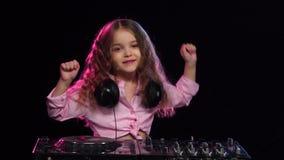 Dziewczyn sztuki na turntable i tanu Czarny tło, zwolnione tempo zbiory wideo