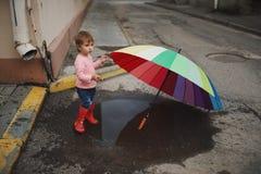 Dziewczyn sztuki w kałuży outdoors zdjęcie stock