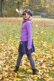 Dziewczyn sztuki z jesień liśćmi Zdjęcia Royalty Free